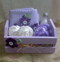 Kit para banho com os itens:sabonete liquido 60 ml+ toalha de lavabo com flores … Bath kit with the items: Bad Set, Diy Y Manualidades, Soap Packaging, Soap Recipes, Home Made Soap, Handmade Soaps, Soap Making, Gift Baskets, Diy Gifts