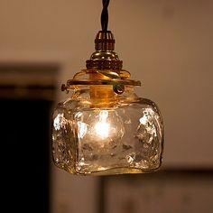 安土草多 ペンダントライト 角瓶 ペンダントライト | |オンラインショップ 作家もののうつわ(食器)、生活雑貨のお店 - 趣佳[syuca.jp] 照明 Diy, Kitchen Lamps, Candle Lanterns, Mason Jar Lamp, Lampshades, Lighting Design, Lamp Light, Illuminati, Glass Art