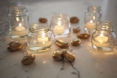 Reutilize vidros pequenos e faça uma mesa super charmosa