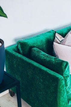 Sofa Im Industrial Chic Mit Beton Couchtisch, Industrial Teppich, Grünes  Sofa, Coffee