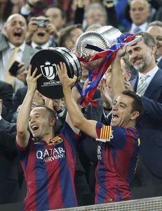 Iniesta y Xavi levantando la Copa del Rey 2015