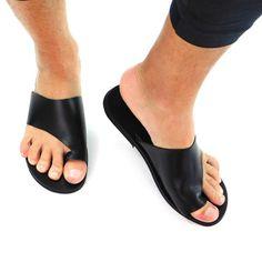 Sandales pour hommes toboggans en cuir noir sandales | Etsy Toe Loop Sandals, Pool Slides, Slip On, Etsy, Fashion, Boho Sandals, Beach Sandals, Mens Slip On Sandals, Greek Sandals