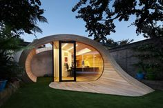 mini casas, un diseño super original, casa de madera muy atractiva con grandes ventanales y puerta de vidrio, jardín pequeño con cesped