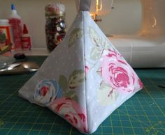 Square-based pyramid door stop tutorial Easy Sewing Projects, Sewing Projects For Beginners, Quilting Projects, Sewing Tutorials, Sewing Crafts, Craft Projects, Diy Doorstop, Doorstop Pattern, Fabric Door Stop