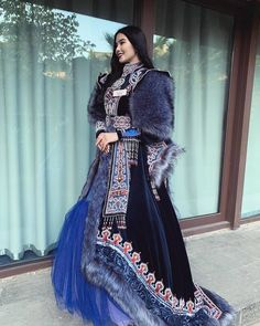 China Mode, Country Outfits, China Fashion, Ethnic Fashion, Poses, The Dress, Traditional Dresses, Costume Design, Gorgeous Women