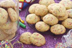 I biscotti arlecchino sono degli allegri biscotti il cui impasto è arricchito con codette colorate di zucchero, che li rendono perfetti per Carnevale.