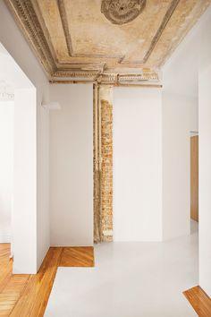 El joven arquitecto vasco Patxi Eguiluz y el estudio 'Räl 167' fusionaron los restos originales de los años 20 con la sobriedad cálida del siglo XXI en un piso sereno de Madrid.