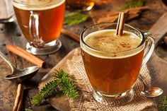 Зимой практически во всех ресторанах и кафе появляются горячие витаминные чаи — с ягодами, фруктами, травами. Готовить такие вкусные и полезные напитки можно и дома. Главное, запастись нужными ингредиентами и узнать пару интересных рецептов от профессиональных миксологов.