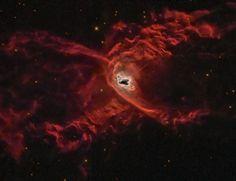 A nebulosa planetária da Aranha Vermelha mostra a estrutura complexa que pode se formar quando uma estrela normal ejeta a sua camada externa de gás e se torna uma anã branca. Com o nome oficial de NGC 6537, esta nebulosa planetária com dois lobos simétricos abriga uma das estrelas anãs mais quentes já observadas, provavelmente parte de um sistema binário.