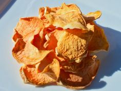 The Rawtarian's Raw Vegan Sweet Potato/Yam Chips - Are you looking for raw sweet potato chips or yam chips? This super easy recipe from The Rawtarian is simple and delicious! Healthy Blender Recipes, Raw Vegan Recipes, Vegan Snacks, Healthy Snacks, Vegan Food, Healthy Menu, Snack Recipes, Raw Sweet Potato, Sweet Potato Chips