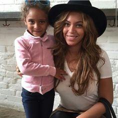 Beyoncé  &  A Fan  At  Venice  Beach