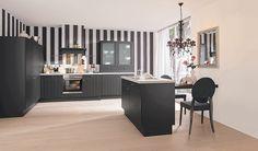 Elegante Landhaus Küche Ganz In Schwarz Mit Kücheninsel