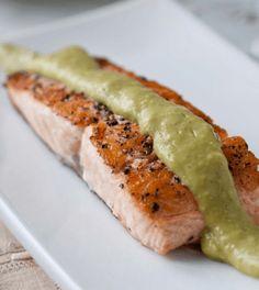 Dit recept met gegrilde zalm met dille en avocadosaus voorziet je lichaam van de aanbevolen omega-3 vetzuren en staat binnen een kwartiertje op tafel. Smullen maar! Tip: je kunt ook diepvrieszalm gebruiken. #Koolhydraatarm #vis #gezond #saus #avocado