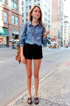 Everyone's wearing the denim style now. Some even experiment by pairing a denim top with denim jeans! Just go for a lighter top and darker jeans! Trend Fashion, Fashion Moda, Womens Fashion, Petite Fashion, Fashion Ideas, Looks Style, Style Me, Look Camisa Jeans, Blue Denim Shirt