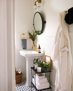 New Darlings - Prepping for Holiday Guests with SNOWE - Bathroom decor
