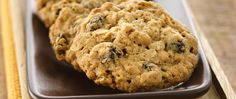 Either quick-cooking or old-fashioned oats can be used for this recipe; the old-fashioned oats make a chewier cookie.