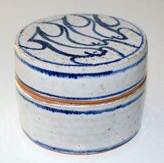Ulla Hjorth, made for Hjorth Keramik Denmark. Lidded box in stoneware. H: 8. W: 10,5 cm.