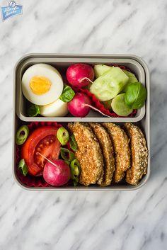 Placuszki z otrębów, jajko na twardo i warzywa | Filozofia Smaku