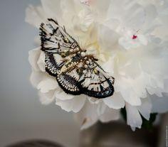 Купить Izanami - белый, серый, черный, синий, оливковый, брошь-бабочка, брошь-мотылек