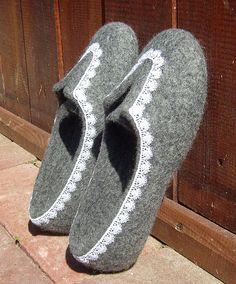 Валяные кеды. - Мокрое валяние,оригинальный подарок,валяные тапочки,тёмно-серый ♡ Wool Shoes, Felt Shoes, Nuno Felting, Needle Felting, Felt Slippers, Slipper Boots, How To Make Shoes, Ciabatta, Wool Felt