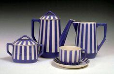 """Service à café Fox Trott comprenant :  une cafetière,  une laitière,  un sucrier,  sept génieux,  six soucoupes,  six tasses à thé,  quatre soucoupes.   Forme """"Loréna"""" et alternance de rayures bleues et blanches.   Vers 1930"""
