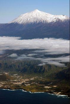 El Teide - Tenerife ( Islas Canarias) went to the top of Mount Teide on my honeymoon. Beautiful Islands, Beautiful Places, Places To Travel, Places To See, Places Around The World, Around The Worlds, Spain And Portugal, Island Beach, Canary Islands