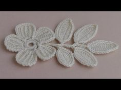 Beautiful little crochet leaves. You can learn to knit this right now. Use this crochet branch with leaves like a motif for Irish lace. Crochet Doily Rug, Crochet Leaves, Freeform Crochet, Thread Crochet, Crochet Flowers, Irish Crochet Tutorial, Irish Crochet Patterns, Crochet Flower Tutorial, Crochet Designs