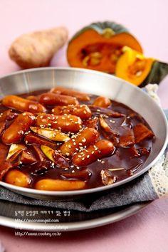 까르보나라떡볶이-한 번 손대면 멈출 수가 없는~~ 완전 맛있는 크림소스 떡볶이...^^ : 네이버 블로그 Tteokbokki, Korean Food, Chili, Soup, Recipes, Bottles, Drinks, Food Food, Drinking