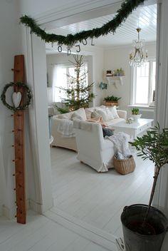 skandynawskie święta,święta z choinką w stylu skandynawskim,wiejski styl świąt,dekoracje świąteczne z choinką,aranżacja świąteczna w salonie