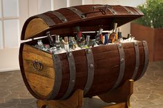 Dine drikkevarer er i genialt selskab, hvis du gemmer dem i den her tønde. Tequila Barrel Ice Chest er nemlig en original...