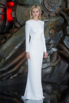 Nicola Peltz con un vestido blanco de manga larga de Stella McCartney.