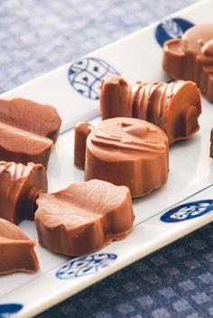 Chokolader med knas Christmas Snacks, Chocolate Chip Muffins, Sweets Cake, Homemade Candies, Marzipan, Yummy Treats, Nom Nom, Tapas, Food And Drink