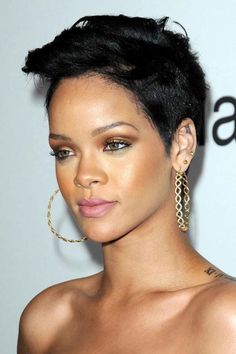 Rihanna never fails when it comes to hair experimentation. Her accents of color, texture placement, and makeup all contribute to her beauty and style. #Rihanna #Hairstyles #OvalFace