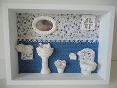 Quadro para banheiro, com fundo em tecido e peças em resina.