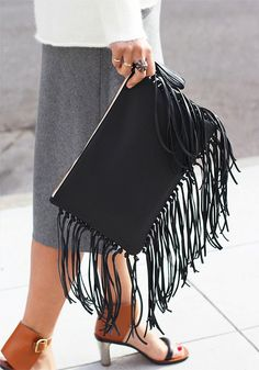 DIY Leather Fringe Clutch Awesome diy clutch tutorial at Honestly WTF))) Best Leather Wallet, Leather Clutch, Clutch Bag, Tote Bag, Diy Mode, Diy Shows, Fringe Bags, Diy Purse, Leather Projects