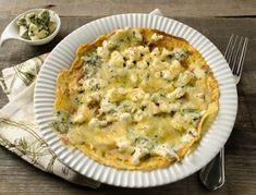 Für die 3-Käse-Palatschinken den Emmentaler fein reiben, den restlichen Käse in kleine Würfel schneiden. Die Milch mit etwas Salz und den Kräutern