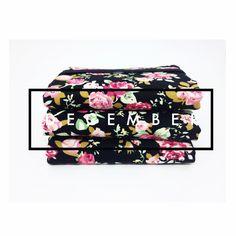 MINI CARTEIRA - BLACK FLOWERS   Produzida em tecido  Tecido Importado  Com porta notas, documentos, cartões e moedas  Fecho em elástico  Formato aberto 17 x 13 cm  Formato fechado 13 x 8,5 cm  Peça única e exclusiva