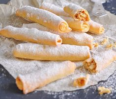 Bine ati venit in Bucataria Romaneasca. Astazi va prezentam o reteta de Rulouri cu crema de nuci. Lista de ingrediente: -180 grame unt; -1/3 lingurita bicarbonat de sodiu; -zahar pudra, pentru decorat; -500 grame faina; -300 grame smantana fermentata; -un praf de sare. Lista de ingrediente pentru umplutura: -200 grame zahar; -50 grame unt topit; … Romanian Food, Home Food, Pastry Cake, Hot Dog Buns, I Foods, Healthy Snacks, Food And Drink, Bread, Vegan