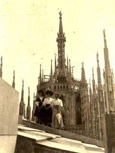 Milano.. Tre donne.. probabilmente della famiglia Carbonieri.. sul tetto del Duomo.. 1900-'10.. Francesco Carbonieri.. Fondazione Cassa di Risparmio di Modena.. Fondazione Fotografia Modena..  Dürrenstein.. 1899