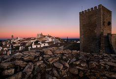 De mooiste dorpen van Portugal / The most beautiful villages of Portugal - via Saudades de Portugal 25.05.2015   Terwijl de gemiddelde toerist op zoek gaat naar zee, strand en terrasjes, liggen prachtige, traditionele dorpen verstopt in het binnenland van Portugal. Dorpen om te ontsnappen aan de drukte en op je gemak te wandelen of lekker te eten in een lokaal restaurantje. Vijf extra bijzondere dorpen verklap ik hier aan je. Foto: Monsaraz