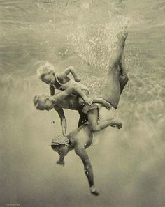 American actress and swimming sensation Esther Williams goes diving with her children. People Photography, Amazing Photography, Portrait Photography, Freelance Photography, Dslr Photography, Photography Business, Wedding Photography, Underwater Photos, Underwater Photography