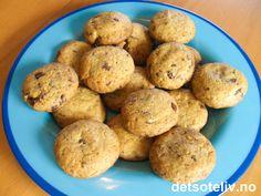 Utrolig, utrolig gode er disse småkakene som lages med brunt sukker, kokos og hakket kokesjokolade! Enkle å lage er de også. Oppskriften gir 50 stk. Cookies, Baking, Desserts, Food, Projects, Bread Making, Tailgate Desserts, Biscuits, Deserts