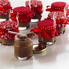 Brigadeiro in the pot! Perfect for gifts and party favors! Panna Cotta, Sweet Party, Cake In A Jar, Mini Desserts, Cake Pops, Christmas Cookies, Catering, Sweet Treats, Brunch