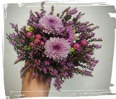 Pikebukett med lyng,krysanthemumene, ornithogalum og bær - design ingunngrimsby