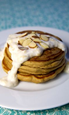 Bite Into Our High-Protein Pancakes With Banana Cream Sauce: While Greek yogurt, eggs, and protein smoothies are excellent high-protein breakfast ideas, here's a scrumptious meal that'll offer over twice the amount of protein almost 30 grams per serving! Breakfast Desayunos, High Protein Breakfast, Breakfast Recipes, Pancake Recipes, Breakfast Ideas, Breakfast Smoothies, Dinner Recipes, Almond Pancakes, Protein Pancakes