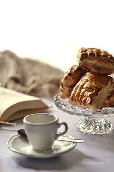 Fagottini di sfoglia intrecciati con mele Zagara, Cupcake, Tea Cups, Tableware, Cedar Trees, Dinnerware, Cupcakes, Tablewares, Cupcake Cakes