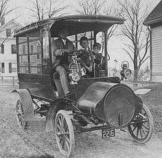 1907 Logan Truck.... built by the Logan Construction Co. of Chillicothe, OH. The Company was in business between 1904 and '08 when it went bankrupt. It produced cars and trucks for the four years it was in business. Both water and air-cooled models were built by the firm.