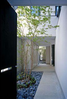 Minimalist courtyard design, House by Masatsugu Yamamoto Architects _