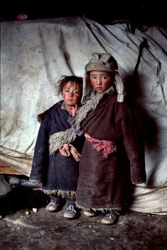 Steve McCurry - Nothing is surplus among the nomadic tribes that traverse the high plains of Tibet. This portrait of two nomad children reveals how the yaks. Steve Mccurry, Precious Children, Beautiful Children, Beautiful People, Poor Children, Le Tibet, Fotojournalismus, World Press Photo, Afghan Girl
