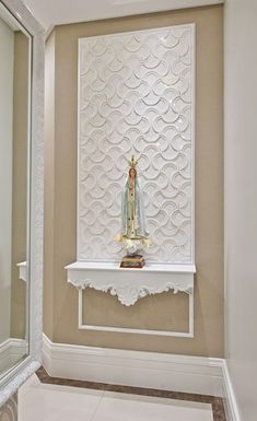 Sacred image statue of Mary in the home. Home prayer room idea. Catholic home altar decorating idea. Foyer Design, Altar Design, Ceiling Design, Home Altar Catholic, Chart House, Prayer Corner, Puja Room, Prayer Room, Decor Styles